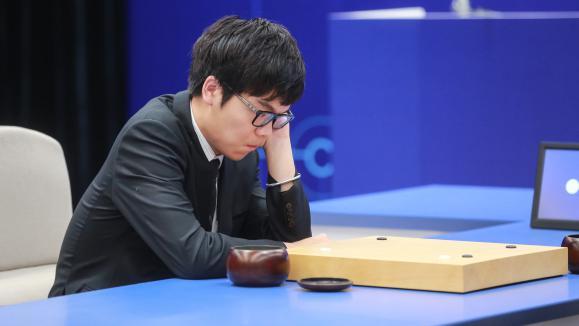 Ke Jie en train de jouer contre un logiciel appelé AlphaGo au jeu de go. (Le logiciel a été plus fort que l'être humain),