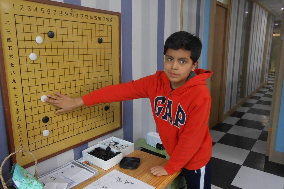 Seul, en Corée du Sud, Diego, un Mexicain de 11 ans, s'entraîne au jeu de go | 1jour1actu