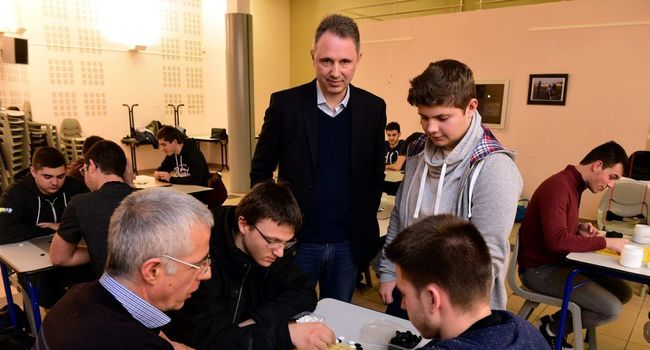 Tristan Cazenave, le conférencier, auprès des jeunes joueurs de go du lycée De-Baudre./ Photo Jean-Michel Mazet